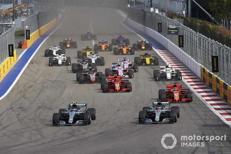 Valtteri Bottas, Mercedes AMG F1, lidera a Lewis Hamilton, Mercedes AMG F1 y Sebastian Vettel, Ferrari SF71H