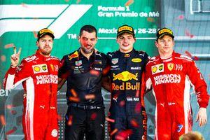 Podio: segundo lugar Sebastian Vettel, Ferrari, Guillaume Rocquelin, jefe de Ingeniería de Carrera, Red Bull Racing, ganador de la carrera Max Verstappen, Red Bull Racing, y tercer lugar Kimi Raikkonen, Ferrari