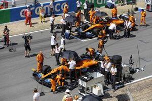 Механики готовят McLaren MCL35 Ландо Норриса и Карлоса Сайнса