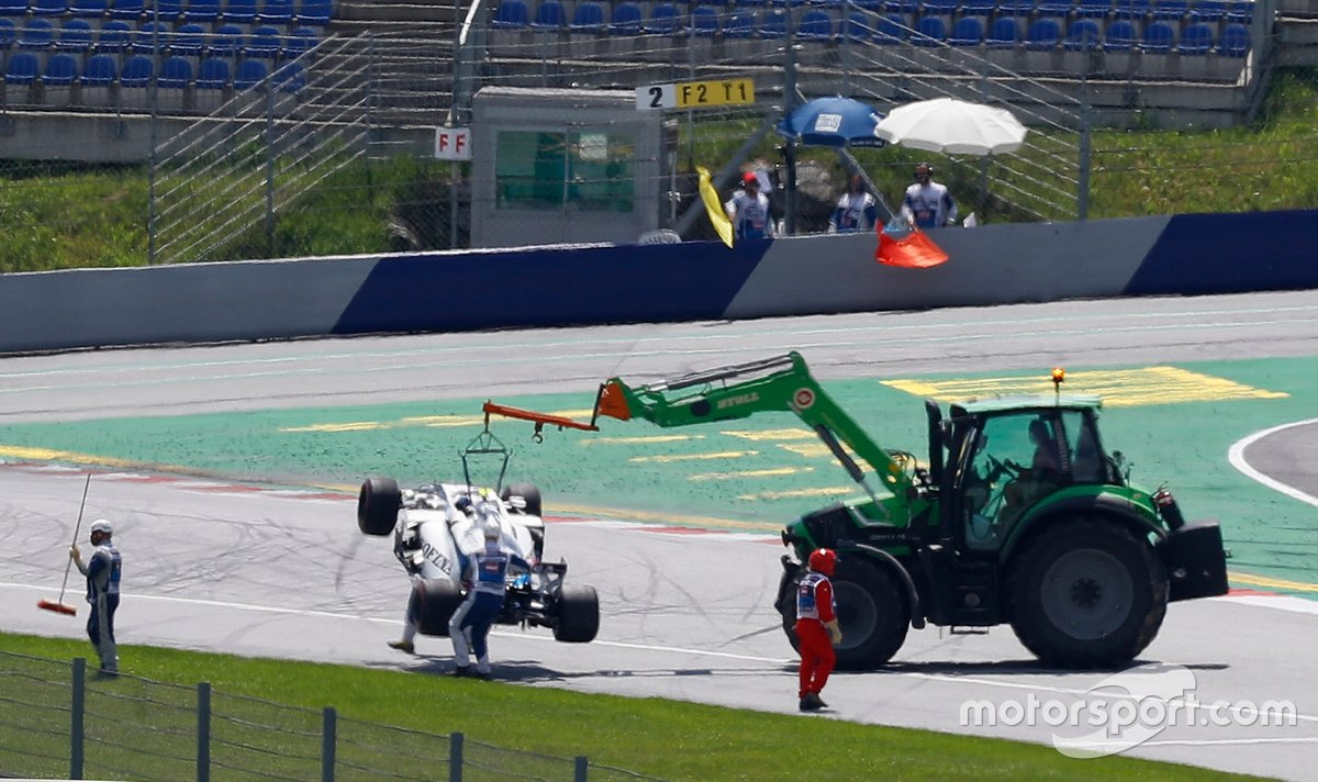 Marshals recover the car of Nicholas Latifi, Williams FW43