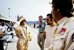 Jackie Stewart y Jochen Rindt en el pit lane