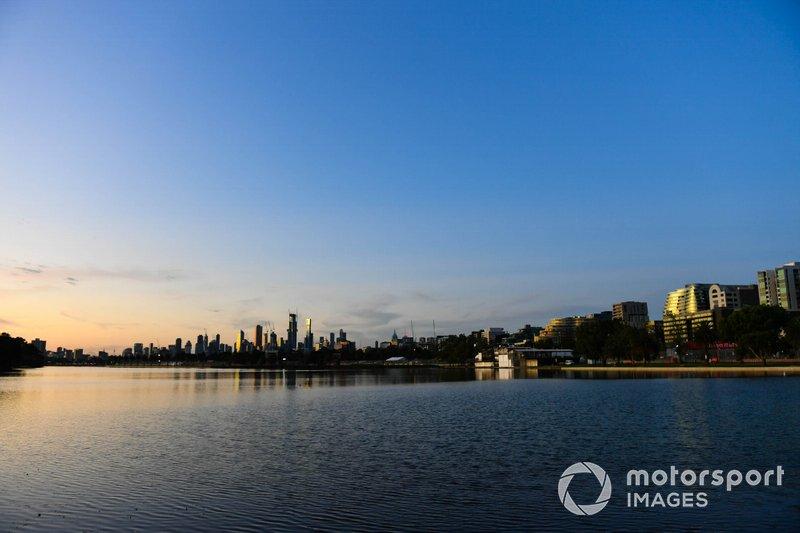 Lo skyline di Melbourne al tramonto