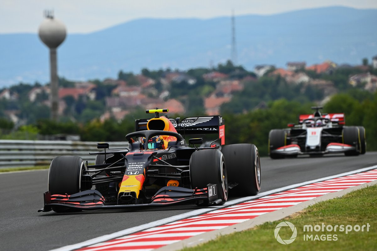 Alex Albon, Red Bull Racing RB16, y Romain Grosjean, Haas VF-20