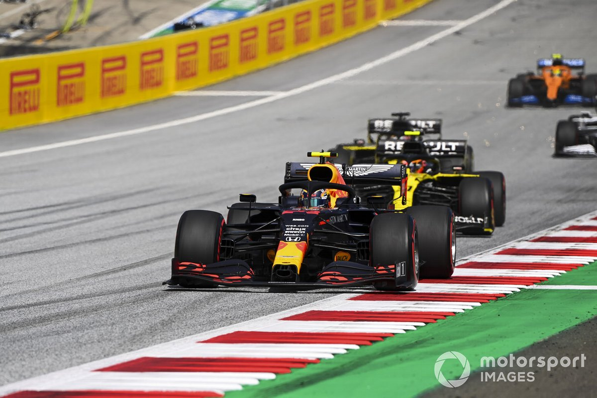 Alex Albon, Red Bull Racing RB16 e Esteban Ocon, Renault F1 Team R.S.20