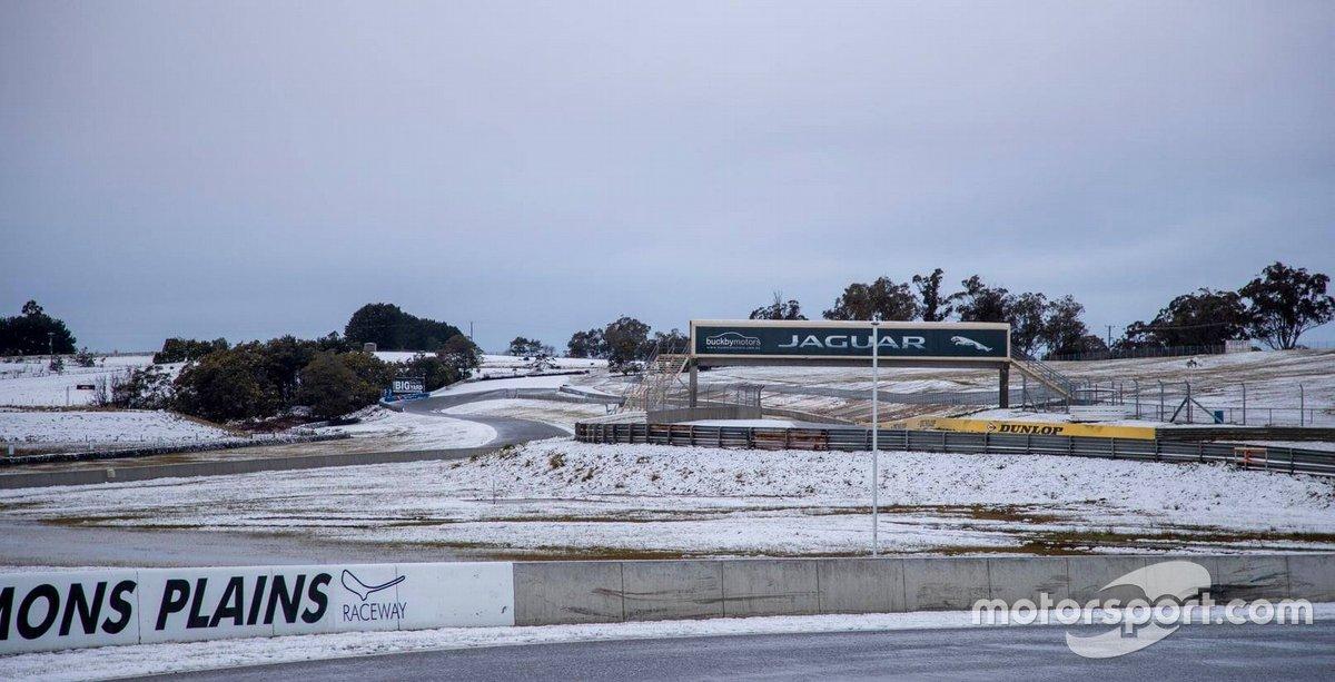 Автодром «Симмонс-Плейнс» в Тасмании под снегом