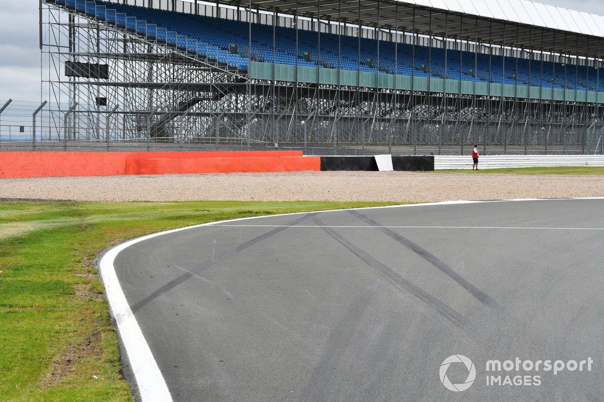 Una barrera de neumáticos es añadida después del accidente de Daniil Kvyat, AlphaTauri en el GP pasado