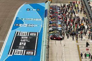 Los coches se alinean en la parrilla