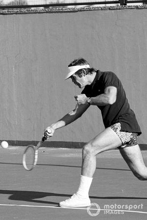 Peter Revson beim Tennisspielen