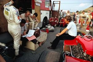 Debriefing session at Lotus with newcomer Emerson Fittipaldi, racing manager Dick Scammell, team boss Colin Chapman, John Miles and sitting on the Lotus, Jochen Rindt