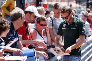Giedo van der Garde, Caterham with fans at autograph session