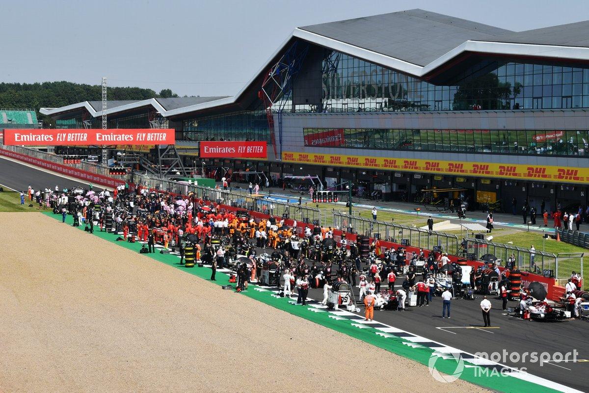Una vista panorámica de la parrilla de salida. Kimi Raikkonen, Alfa Romeo Racing C39 y Antonio Giovinazzi, Alfa Romeo Racing C39 salen en la parte trasera