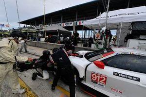 #912 Porsche GT Team Porsche 911 RSR - 19, GTLM: Laurens Vanthoor, Earl Bamber pit stop