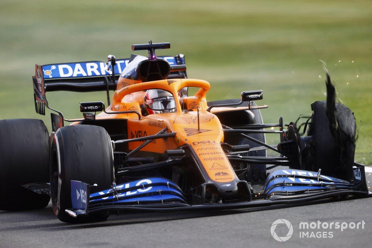 Carlos Sainz, McLaren MCL35 con un pinchazo