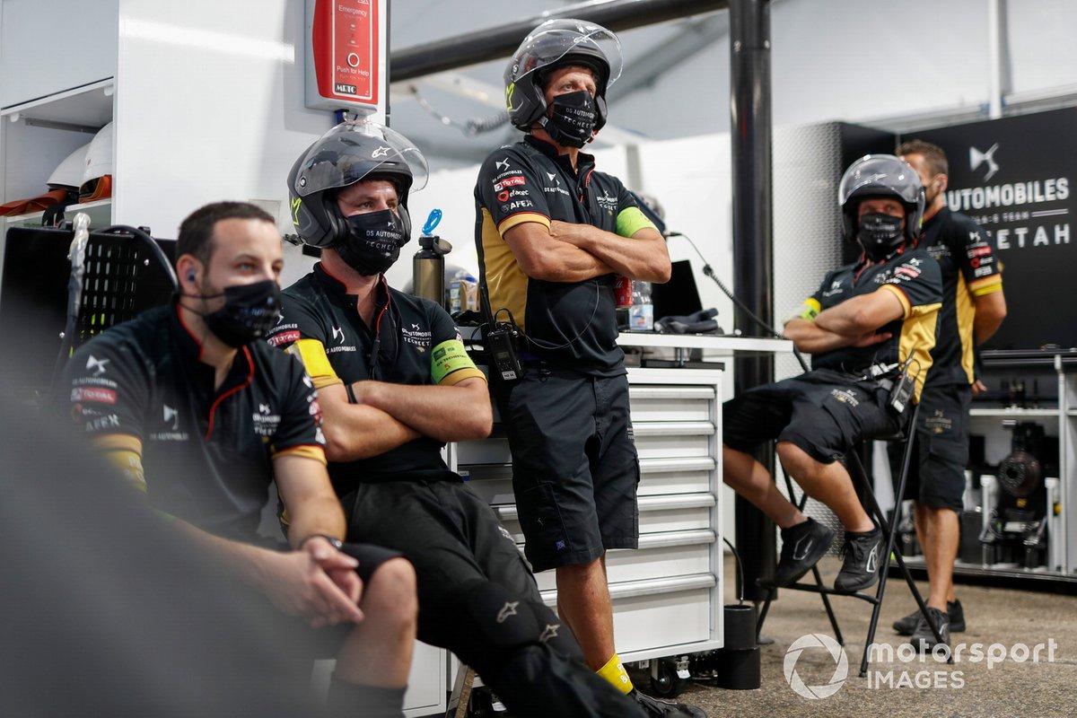Los miembros del equipo de DS Techeetah en el garaje