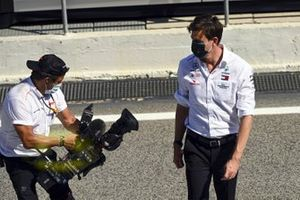 Toto Wolff, Executive Director (Business), Mercedes AMG and Jean Michel Tibi, FOM Cameraman