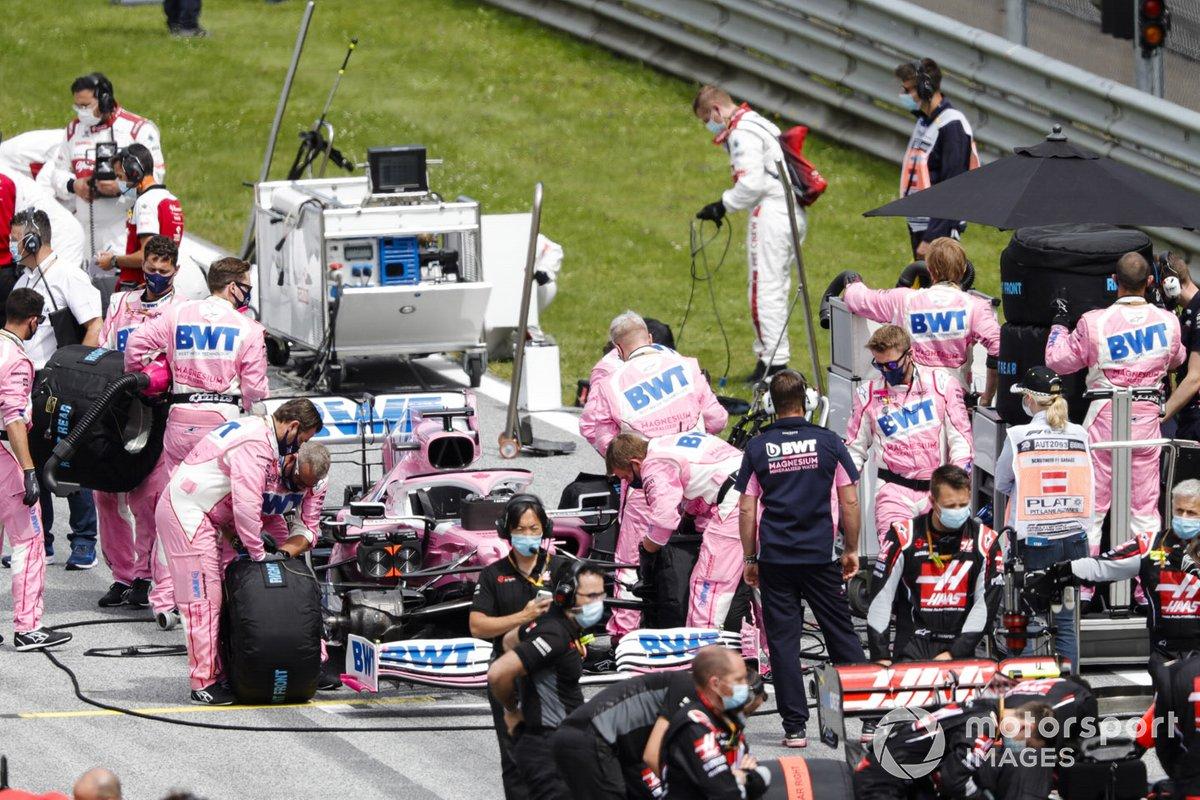 Los miembros del equipo de Racing Point trabajando en la parrilla antes de la salida