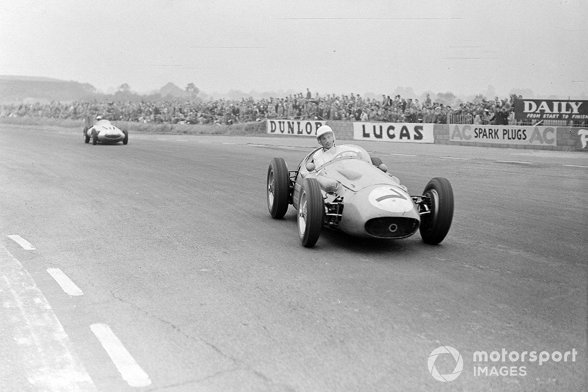 Зрители с восторгом следили за дуэлью двух сильнейших пилотов той эпохи. Ferrari Фанхио скверно управлялась, а мотор Maserati Мосса не выдавал максимальных оборотов – но оба продолжали гнать машины вперед