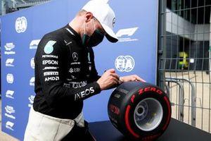 Pole sitter Valtteri Bottas, Mercedes AMG F1 signing the Pirelli Pole Position Award