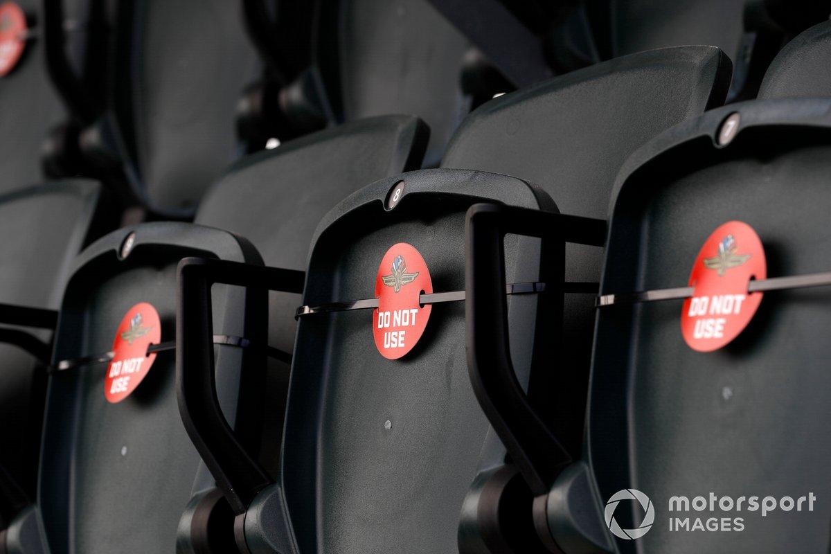 Señalización para el distanciamiento social adecuado en los asientos