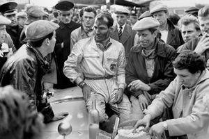 Stirling Moss, John Fitch, Mercedes-Benz 300SLR charlan con el fotoperiodista Bernard Cahier, mientras la madre de Moss corta el pastel de su cumpleaños 26