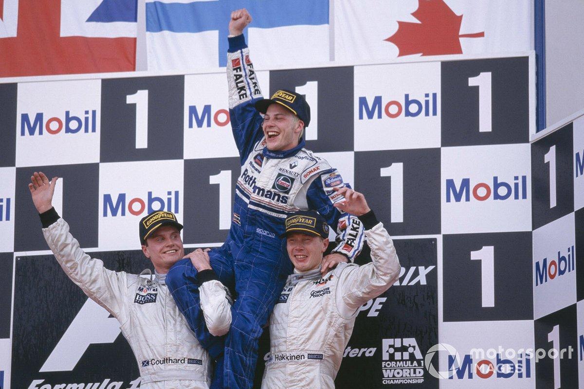 Podio: Jacques Villeneuve, Williams, celebra el haber sido campeón del mundo con los pilotos de McLaren Mercedes David Coulthard y Mika Hakkinen