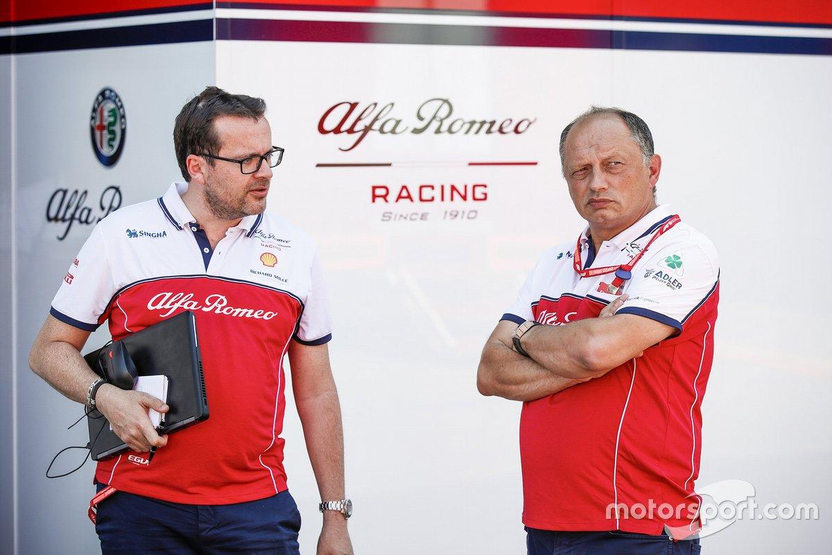 Julien Simon-Chautemps, Ingegnere di pista di Kimi Räikkönen, Alfa Romeo, con Frederic Vasseur, Team Principal dell'Alfa Romeo Racing