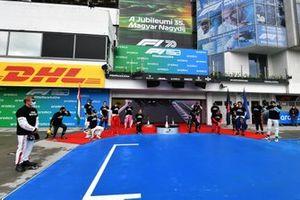 Коленопреклонение гонщиков Формулы 1 перед стартом Гран При Венгрии