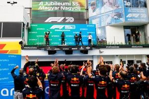 Max Verstappen, Red Bull Racing, secondo classificato, Lewis Hamilton, Mercedes-AMG Petronas F1, primo classificato, Valtteri Bottas, Mercedes-AMG Petronas F1, terzo classificato, e Peter Bonnington, ingegnere di gara, Mercedes AMG, sul podio