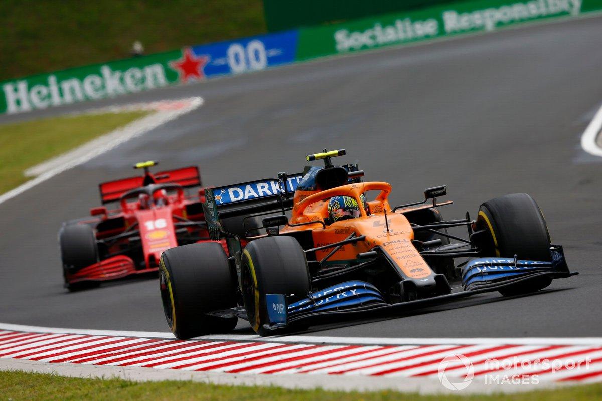 Lando Norris, McLaren MCL35, precede Charles Leclerc, Ferrari SF1000