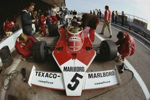 Teddy Mayer habla con Emerson Fittipaldi, McLaren M23 Ford
