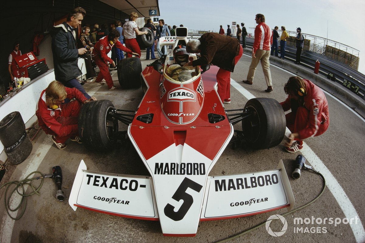 Teddy Mayer talks to Emerson Fittipaldi, McLaren M23 Ford