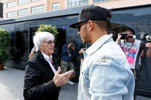 Bernie Ecclestone, CEO de FOM, y Lewis Hamilton, Mercedes AMG