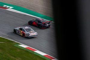 Une voiture de NASCAR et une Porsche GT2 RS