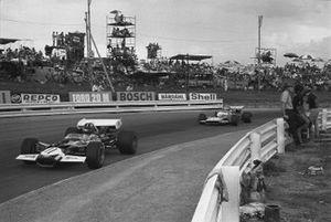 Graham Hill, Lotus 49C-Ford precede Henri Pescarolo Matra-Simca MS120, GP del Sud Africa del 1970
