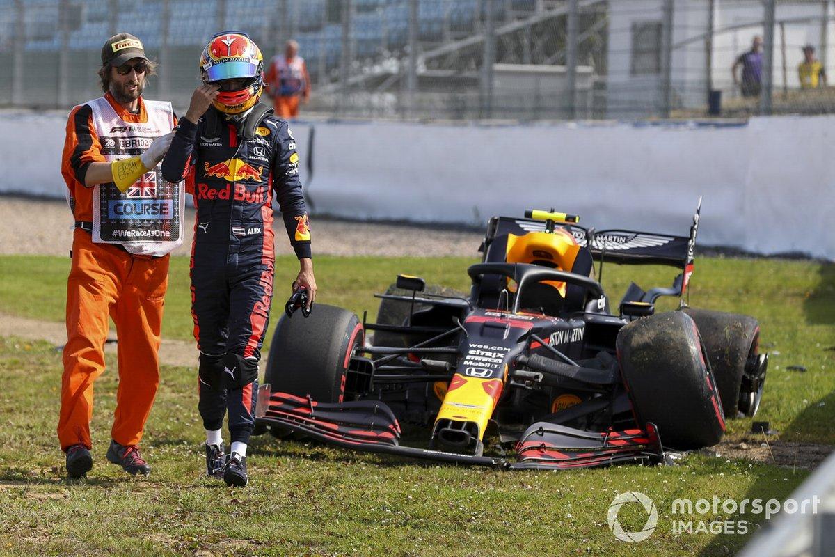 Alex Albon, Red Bull Racing RB16 después de chocar