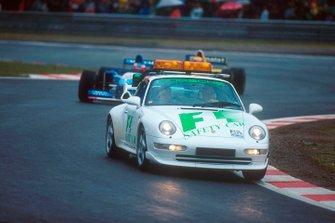 Safety car deployment in wet weather leads Michael Schumacher, Benetton B195 Renault