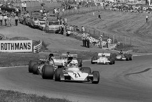 Mike Hailwood, Surtees TS9B precede Francois Cevert, Tyrrell 002, Ronnie Peterson, March 721G Ford, Carlos Reutemann, Brabham BT37 Ford e Carlos Pace, March 711 Ford