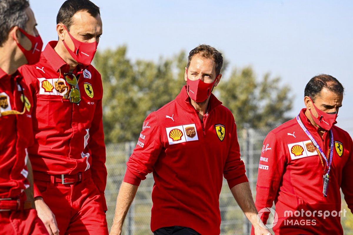 Sebastian Vettel, Ferrari, cammina in pista con Marc Gene, pilota di riserva, Ferrari e altri compagni di squadra
