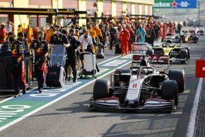 Romain Grosjean, Haas VF-20, en Daniel Ricciardo, Renault F1 Team R.S.20