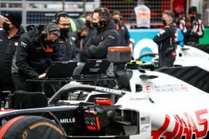 Haas F1 engineers on the grid