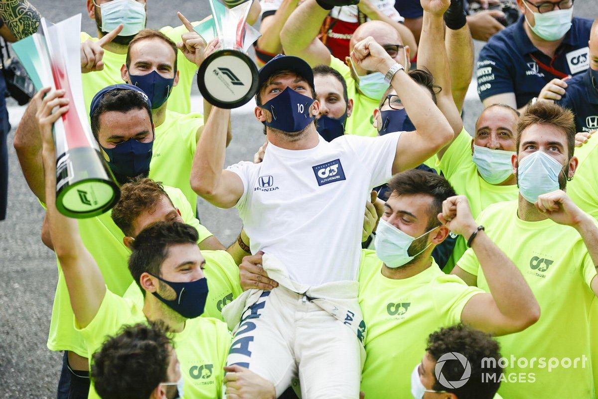 Ganador Pierre Gasly, AlphaTauri, se sube a los hombros de su equipo para celebrar