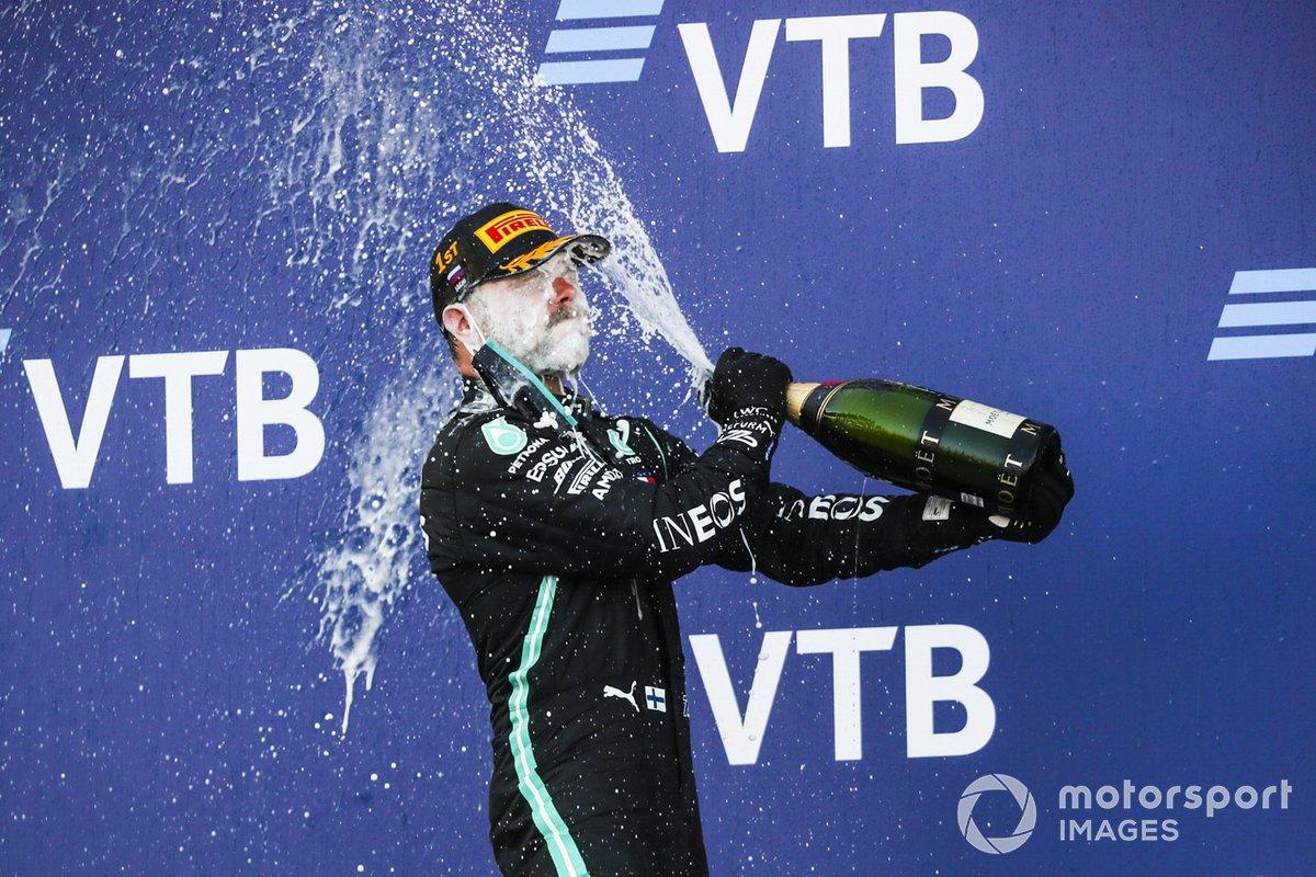 Il vincitore Valtteri Bottas, Mercedes-AMG F1 festeggia la vittoria sul podio con lo champagne
