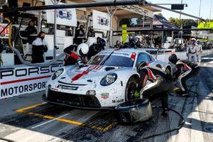 #911 Porsche GT Team Porsche 911 RSR - 19, GTLM: Nick Tandy, Fred Makowiecki, Matt Campbell, pit stop, crew