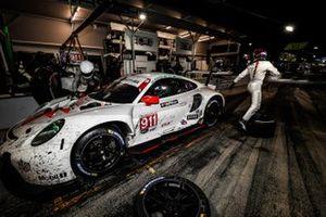 #911 Porsche GT Team Porsche 911 RSR - 19, GTLM: Nick Tandy, Fred Makowiecki, Matt Campbell, pit stop