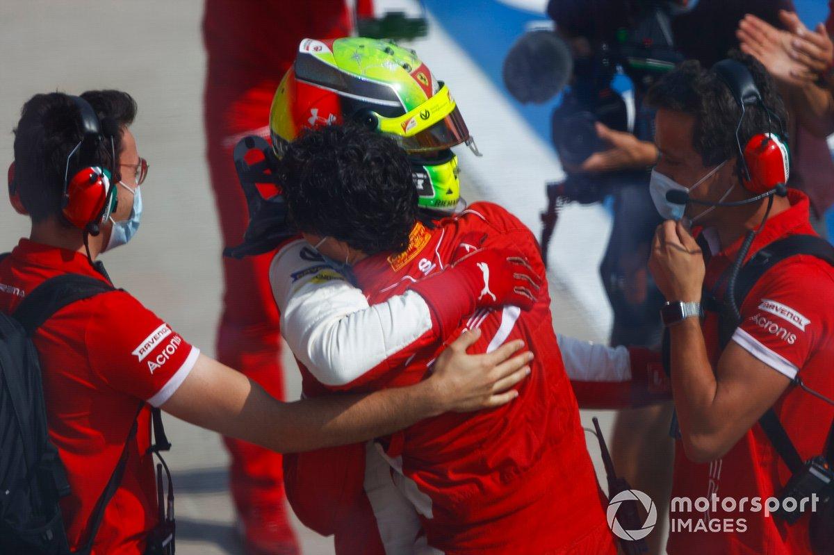 Il vincitore della gara Mick Schumacher, Prema Racing festeggia nel parco chiuso con il suo team