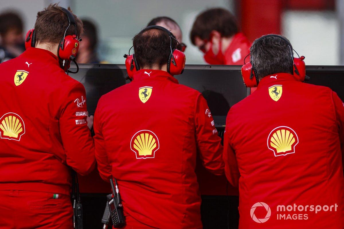 Ingenieros de Ferrari en la parrilla