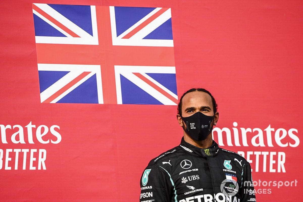 Il vincitore della gara Lewis Hamilton, Mercedes-AMG F1 festeggia sul podio
