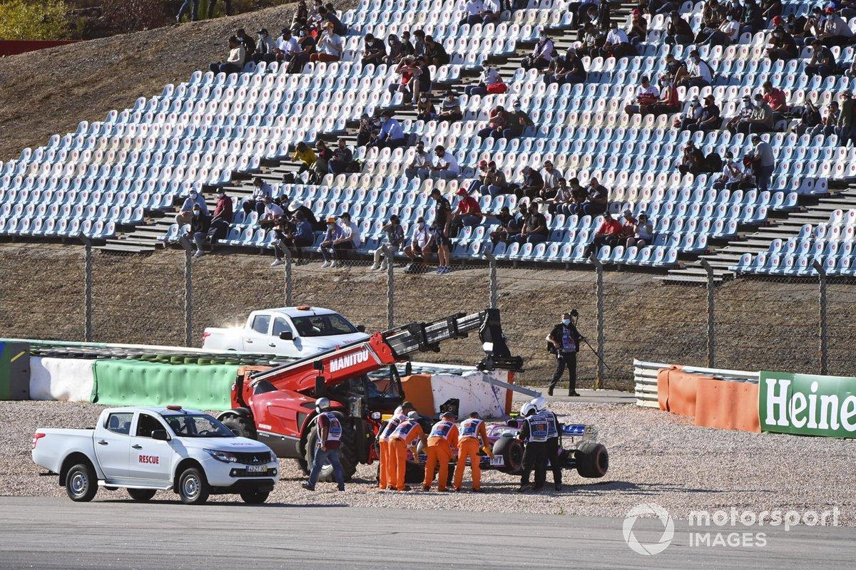 Oficiales de pista remueven el monoplaza de Lance Stroll, Racing Point RP20, después de su choque con Max Verstappen, Red Bull Racing RB16