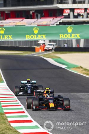 Alex Albon, Red Bull Racing RB16, Valtteri Bottas, Mercedes F1 W11