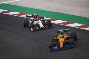 Lando Norris, McLaren MCL35, Kimi Raikkonen, Alfa Romeo Racing C39